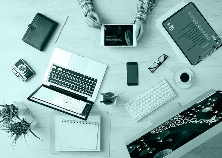 Diseñador de páginas web trabajando en su oficina de Rivas